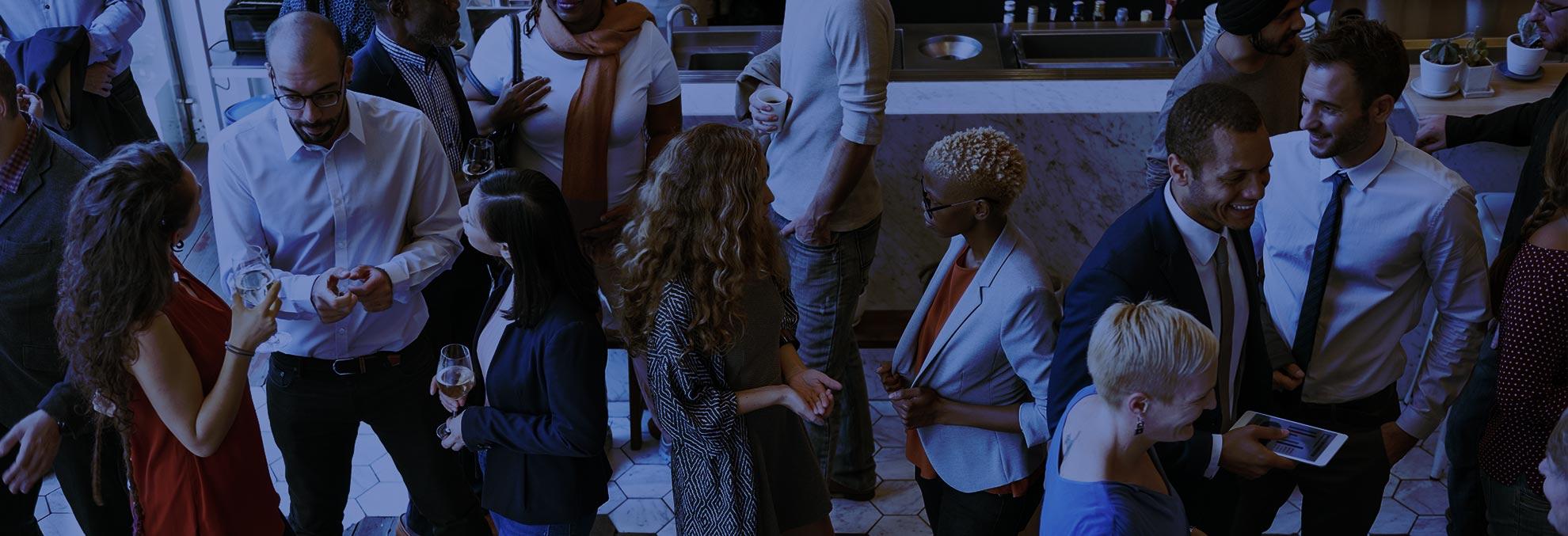professionnels en train de boire un verre lors d'une soirée d'opportunités professionnelles et de création de réseau