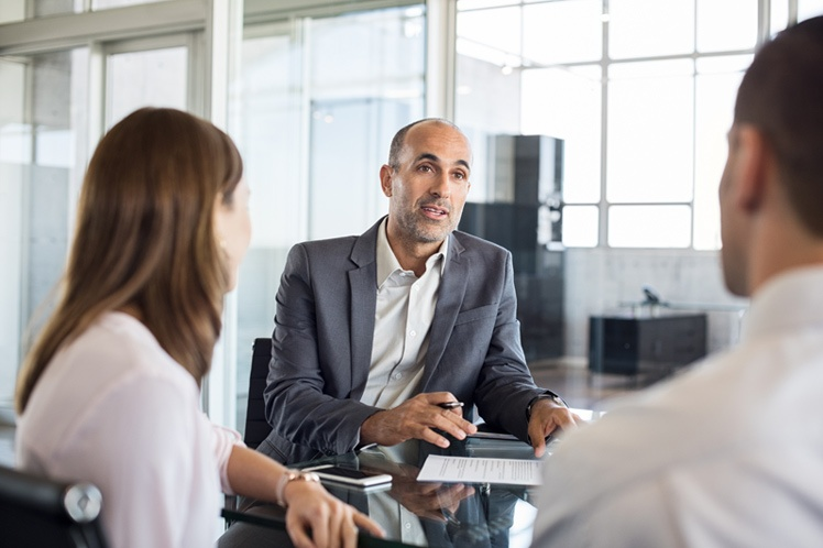 consultant en portage salarial par adrinord en train de conseiller son client