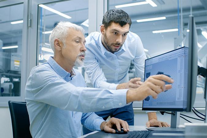 2 professionnels dans un laboratoire travaillant sur un projet d'ingénierie