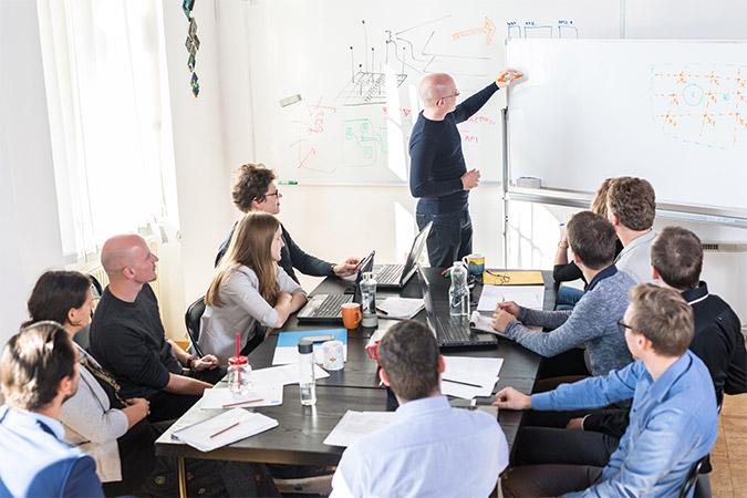 session de formation avec formateur et stagiaires dans le cadre des formations intra-entreprises sur-mesure