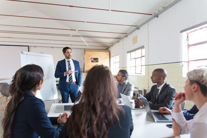 session de formation intra-entreprise sur-mesure mettant en avant un formateur adrinord et les collaborateurs de l'entreprise